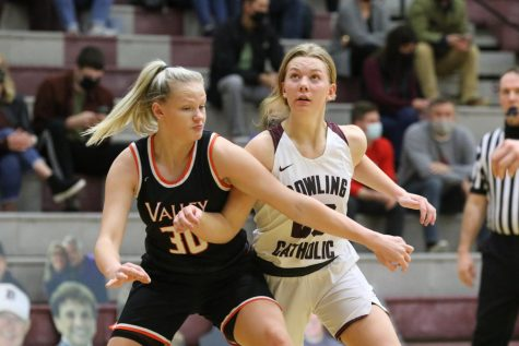 Dowling Girls' Basketball Defeats Archrival Valley with Half-Court Buzzer Beater